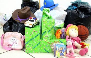 CDL entrega roupas e brinquedos à crianças carentes