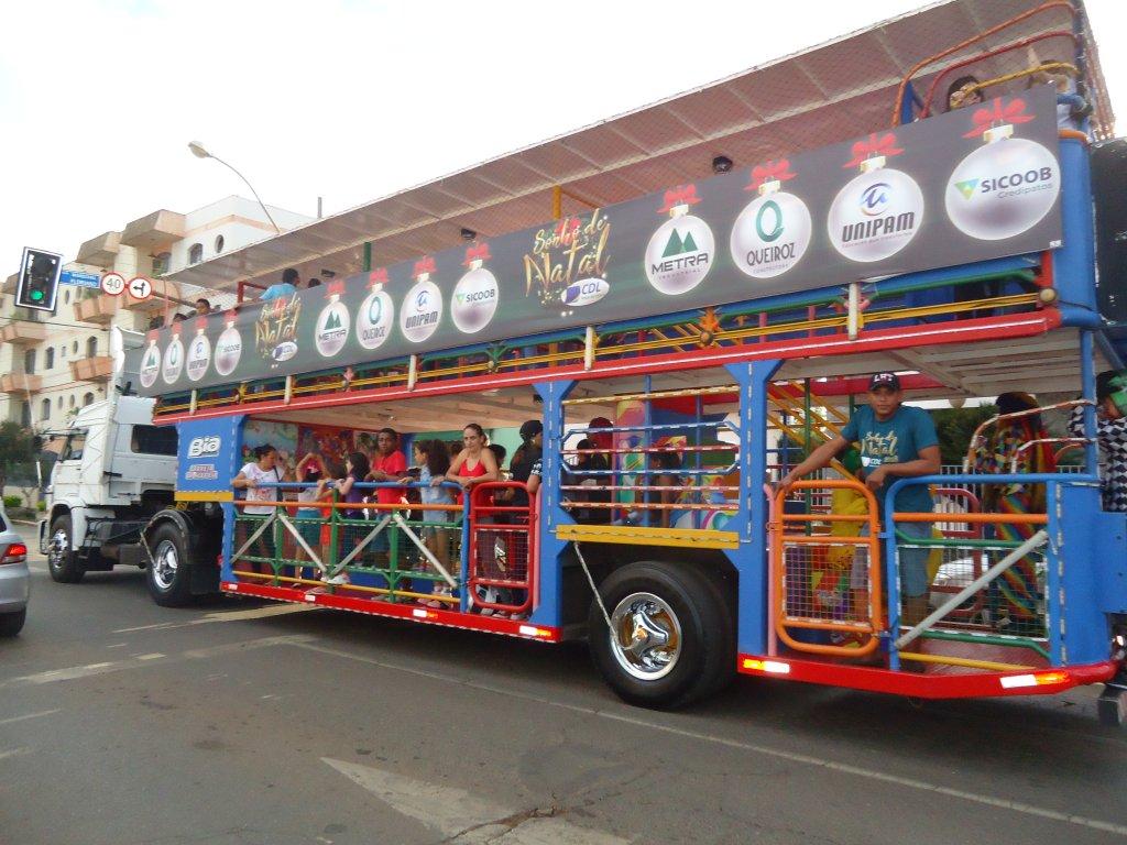 Carreta da Alegria atrai crianças e famílias patenses para a praça central da cidade