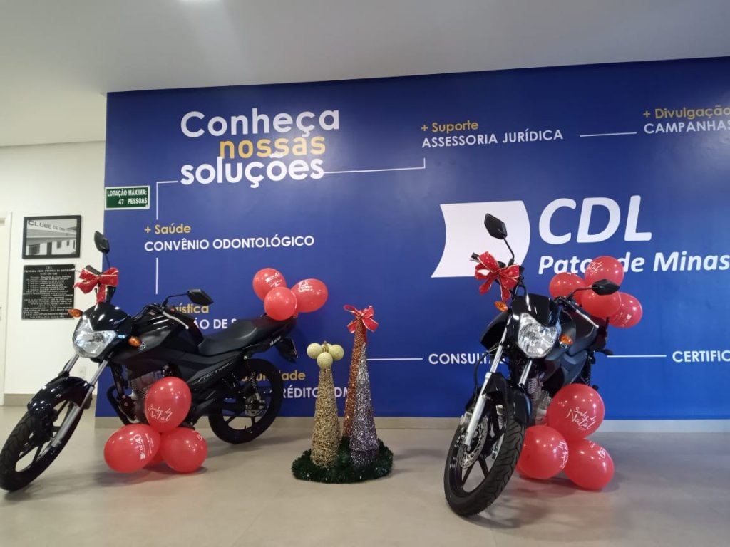 CDL Patos de Minas entrega duas motos 0km da Campanha O vendedor do Ano e Sonho de Natal.