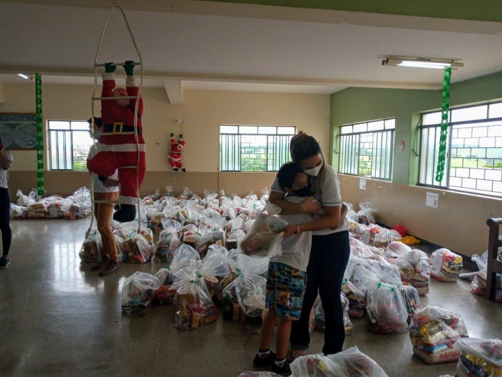 Ação Social: Famílias atendidas pelo Amparo Maternal  recebem doação de cestas básicas .